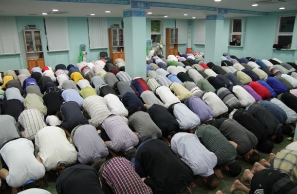 صلاة التراويح في مسجد النور بالمركز الثقافي الإسلامي في العاصمة كييف