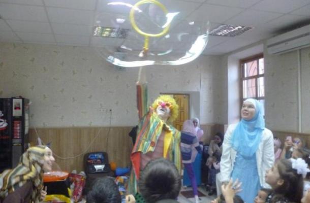 مهرج يرسم الدهشة والبهجة على وجوه أطفال المسلمين في أوديسا