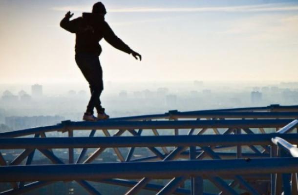 يجد موستانج المتهور متعة كبيرة في السير على حافة البنايات المرتفعة