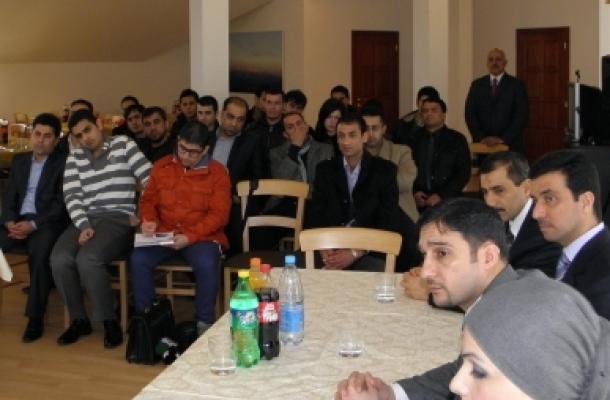 جانب من اللقاء الذي جمع بين السفير العراقي والوفد الزائر مع الطلاب في السفارة