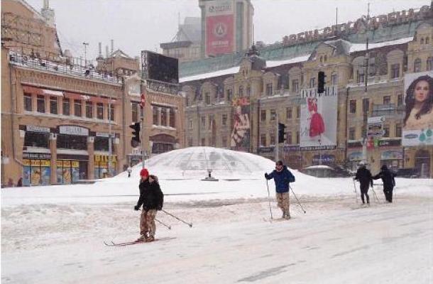 """التزلج على الجليد في طريق """"خريشاتيك"""" الشهير بمركز العاصمة كييف"""