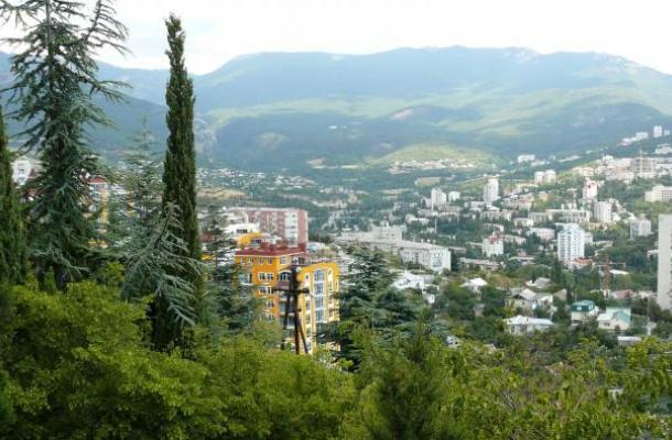 تقع يالتا بين البحر الأسود وجبال القرم