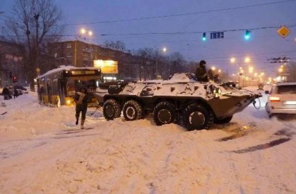 مدرعة عسكرية تسحب السيارات العالقة وسط العاصمة