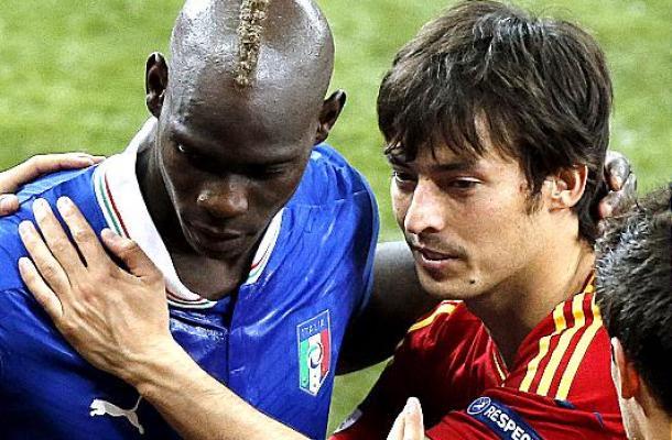 لاعب أسباني يواسي زميلا إيطاليا بالهزيمة