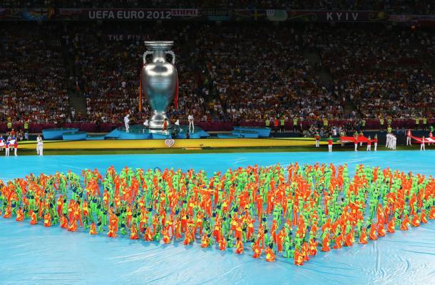 جانب من الاستعراض الذي سبق المباراة النهائية لبطولة اليورو 2012 على أرض الملعب الأولمبي بكييف