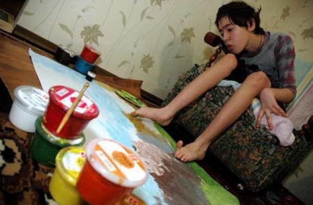 """دارينا بيزكوستا.. فنانة موهوبة رغم الإعاقة، وعضو في قائمة """"فخر أوكرانيا"""""""