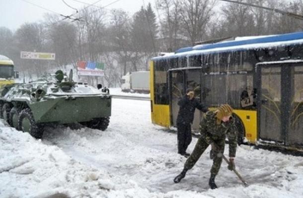 عاصفة ثلجية مفاجئة تشل حركة السير والمشاة في أوكرانيا