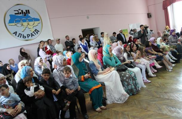 الأمهات جلسن ينظرن إلى مواهب أطفالهن التي قدموها بمناسبة العيد