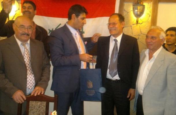 السفير يقدم هدية تقديرية لإحدى الشخصيات العراقية في خاركيف