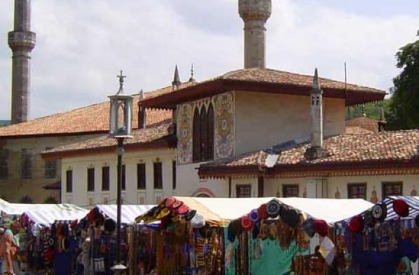 أسواق تبيع التحف أمام المعالم الإسلامية الأثرية المتبقية في المدينة