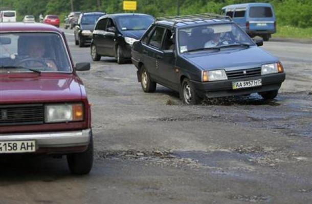 """أصحاب سيارات يتظاهرون تنديدا """"بحال الطرق السيء"""" في أوكرانيا"""