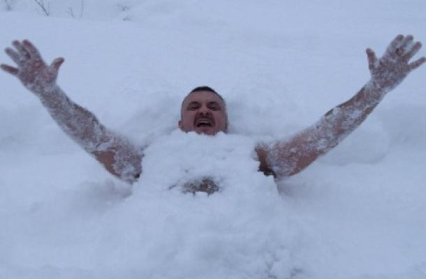 بساعة و20 دقيقة.. أوكراني يحطم الرقم القياسي للبقاء عاريا في الثلج