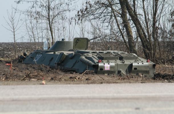 إحدى العربات المدرعة في حفره تمويهية قرب الحدود مع روسيا