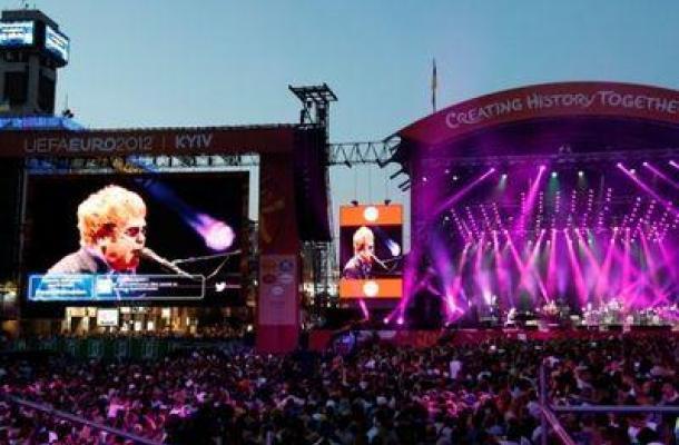 جانب من احتافالات أقيمت في وسط العاصمة كييف بمناسبة انتهاء فعاليات بطولة اليورو 2012