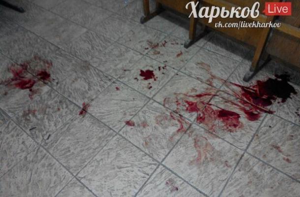 آثار الدماء على الأرض بعد الاعتداء