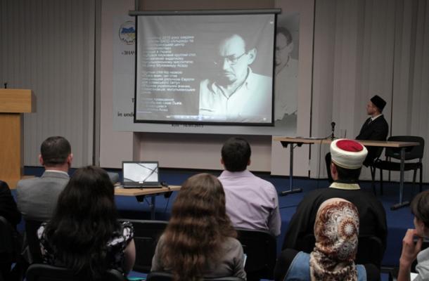 تخلل المؤتمر استعراض فيلم وثائقي مقتضب عن حياة وفكر محمد أسد