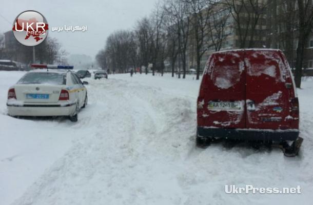 من بين السيارات العالقة سيارات إطفاء وإسعاف وشرطة