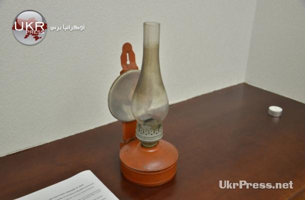 مصباح زيت قديم يطرحه المعرض كبديل عن مصباح الكهرباء