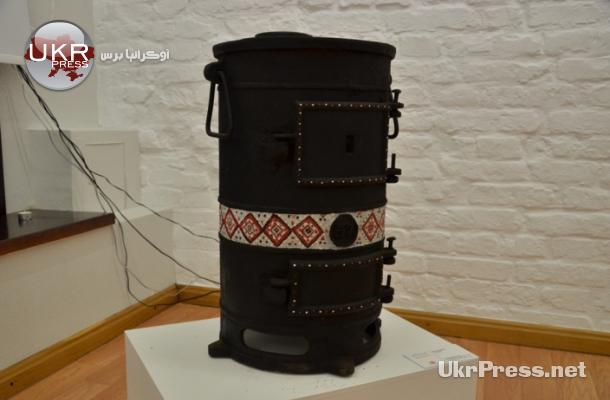 صورة لمدفئة بدائية تعمل على الحطب في المعرض