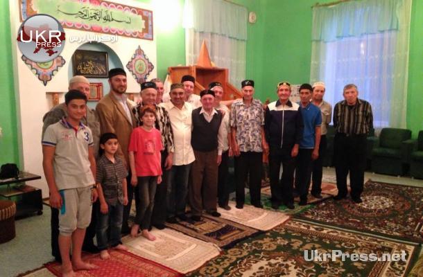 صورة تذكارية التقطت لمن حضر ومكث في مسجد بضواحي دونيتسك رغم حظر التجوال
