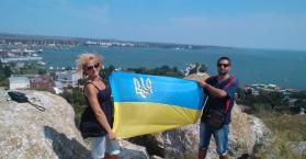 بسبب صورة مع العلم الأوكراني.. الحكم على ثلاثة أشخاص بالسجن في القرم (صور)