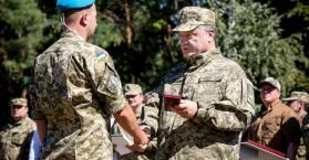 """موجها رسائل للانفصاليين.. بوروشينكو يحتفل بـ""""عيد القوات الجوية"""" في الدونباس (صور)"""